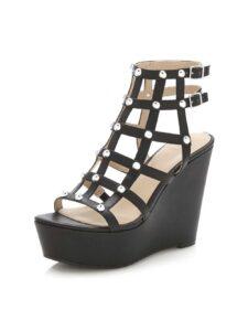 eleganter Gang auf hohen Schuhen mit Keilabsätzen